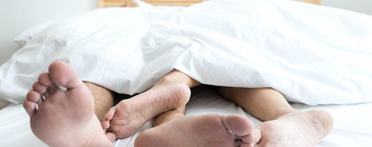 sex-føtter-seng