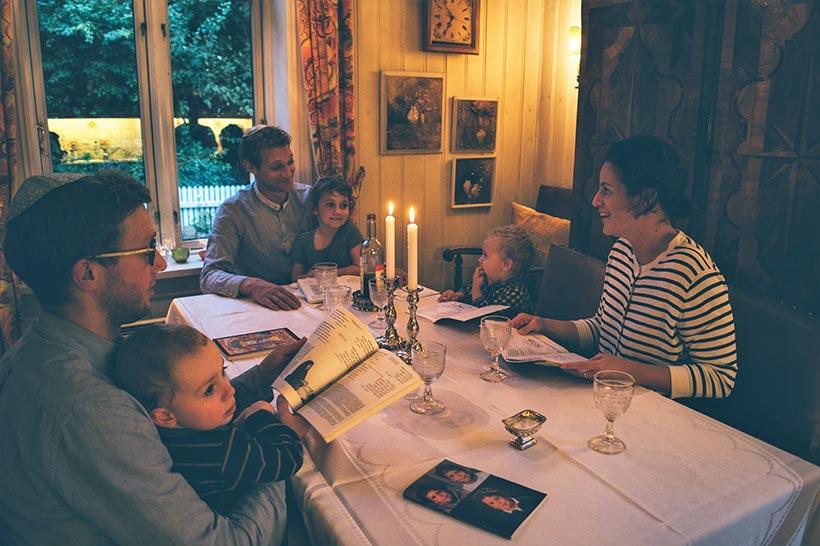 familie-feirer-shabbat