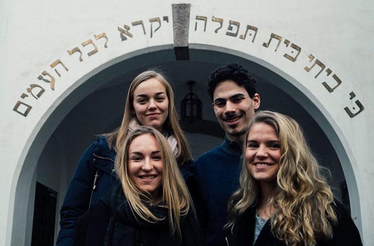 Veivisere-foran-synagoge