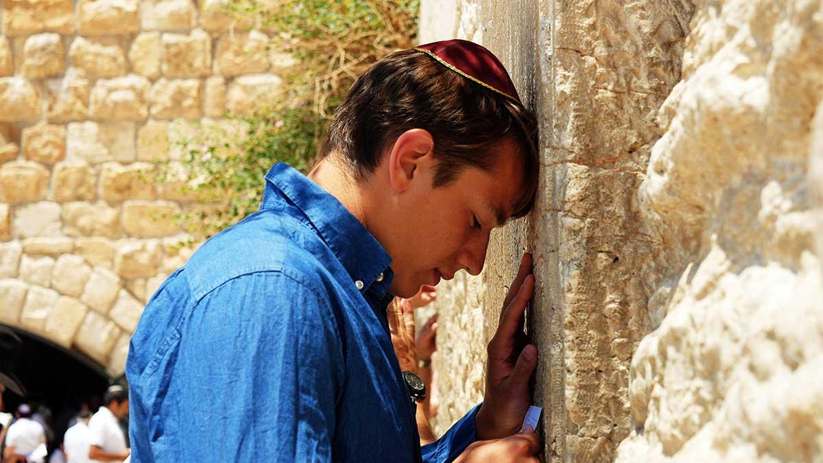 Mann ber ved vestmuren