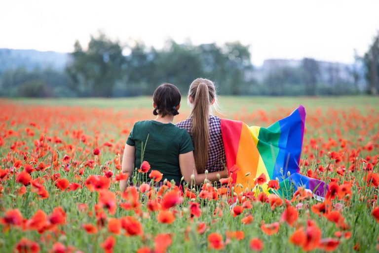 lesbisk-par-blomstereng