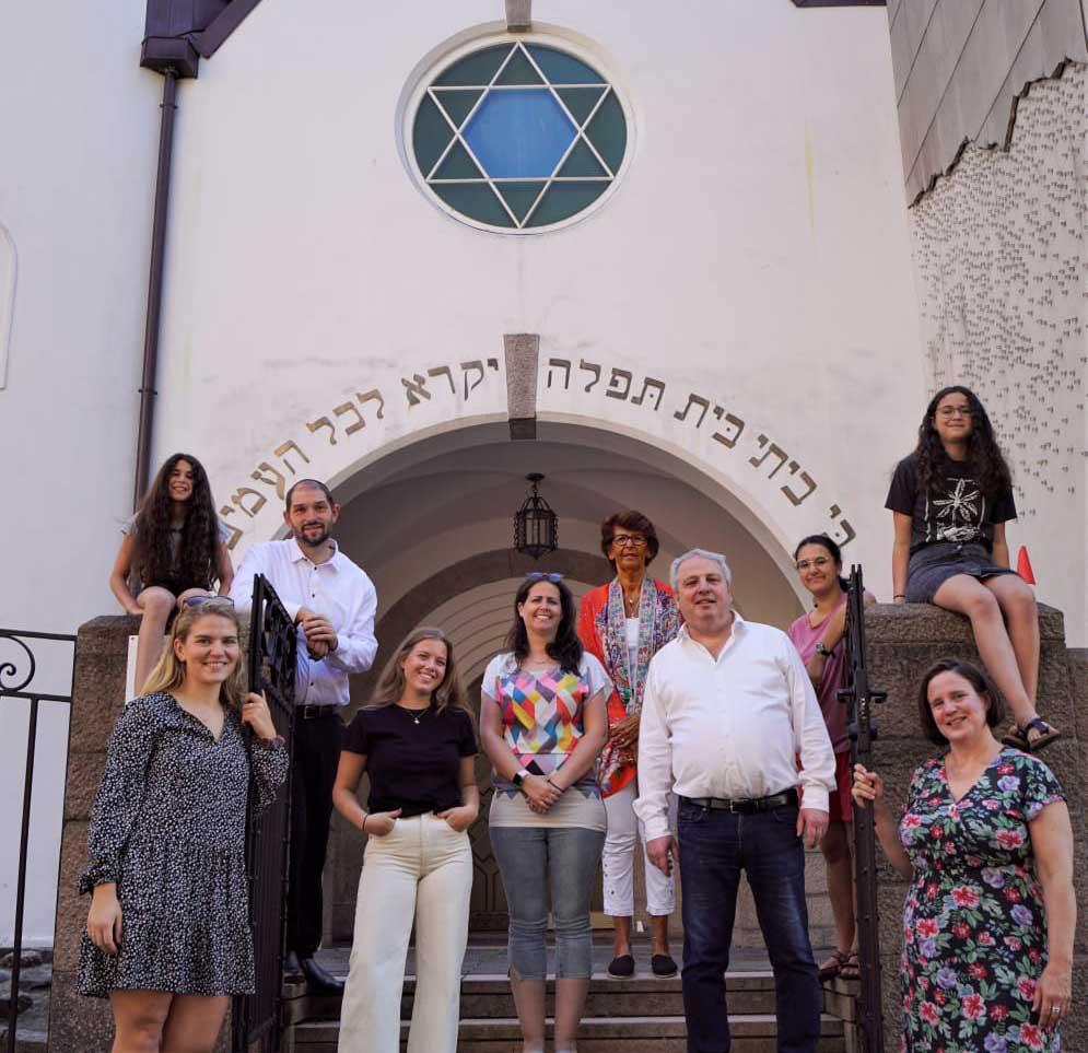 mennesker-foran-synagogen